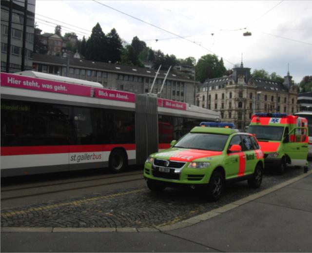 Auch die Sanitäter hielten sich bereit (Foto: Polizeibericht.ch)