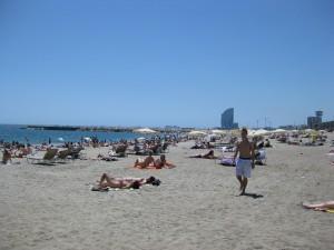 Der Strand in Barcelona: Hier sind Bikinis und Badehosen noch gestattet.