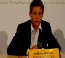 Jeffrey Bleiker, Präsident der Jungen SVP SG bei der Medienkonferenz zur Transparenzinitiative