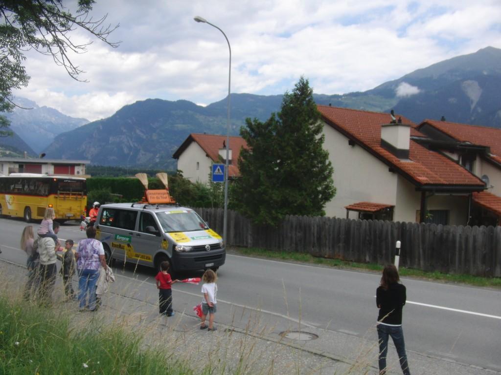 Der Besenwagen zeigt das Ende des Trosses der 7. Etappe der Tour de Suisse an (Foto: Schlagwort AG)