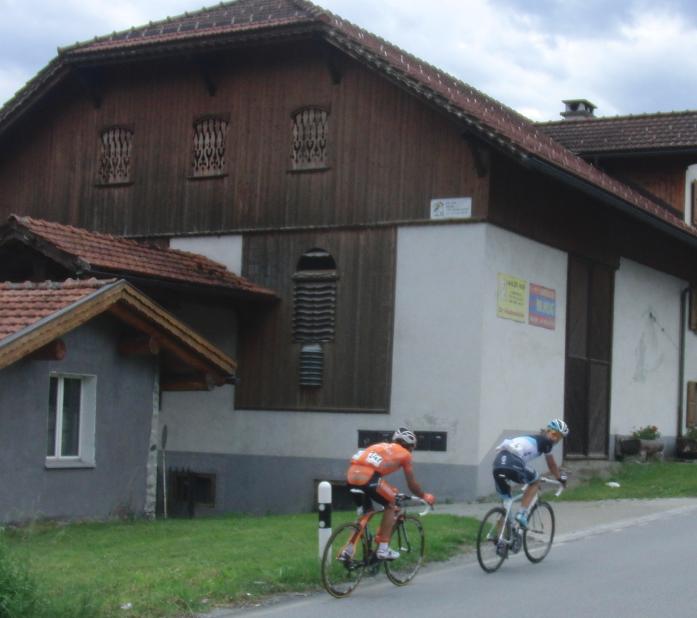Offenbar ist einer der zwei Spitzenreiter neugierig, wer fotografiert... (Foto Tour de Suisse, 7. Etappe: Schlagwort AG)