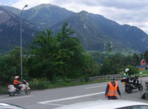 Zahlreiche Motorradlenker der Kapo Graubünden und der Zivilschutz sorgen dafür, daß die Fahrbahn genau zum fraglichen Zeitpunkt frei ist