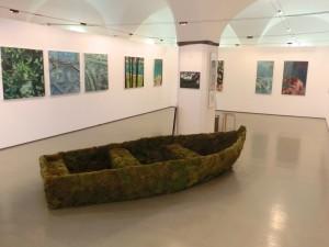 Ein Boot inmitten des Ausstellungsraums deutet auf die Flüchtlingsthematik hin, mit der sich der Künstler beschäftigte