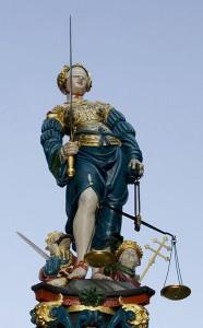 """Ist das Gerechtigkeit? Terror-Elemente in der Jurafrage: Auch vor einer 400 Jahre alten Statue machten die sog. """"Béhiers"""" nicht halt. Die Statue auf dem Gerechtigkeitsbrunnen in Bern wurde zerstört."""