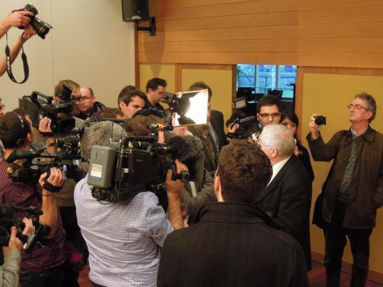 Christoph Blocher von Journalisten umringt (Foto: Remo Maßat)