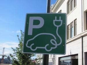 Elektrotankstellen-Schild in Reykjavik (Island24.ch)