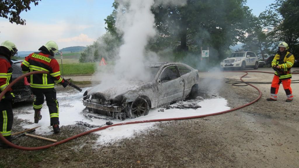 Autobrand in Asp beim Seminarzentrum Herzberg (Polizeifoto: Kapo Aargau)