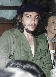 Che Guevara 1959: Die Frau neben ihm sieht irgendwie vornehm aus, würde eher auf das heutige Weltwirtschaftsforum passen oder auf eine Party von Paris Hilton. Komisch, oder?
